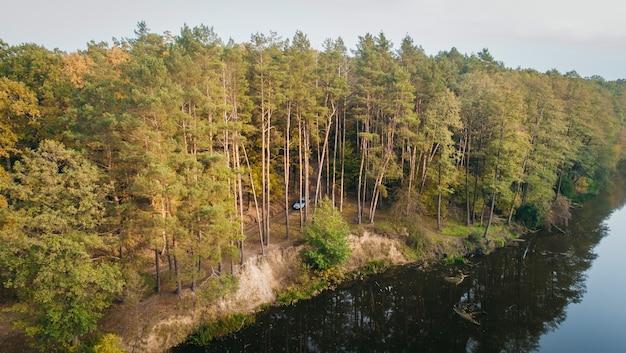 川と秋の森の空撮