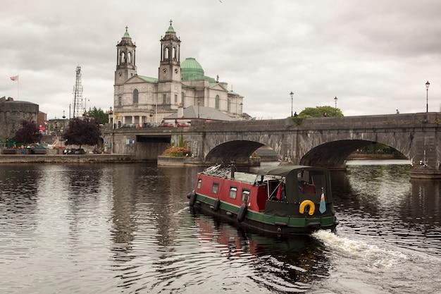 ゴールウェイの「天国と聖ニコラスに仮定された聖母」の川とゴールウェイ大聖堂。アイルランド