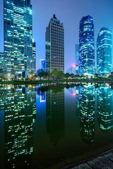 강과 현대 건물