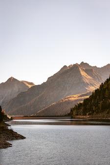 Река и горный хребет
