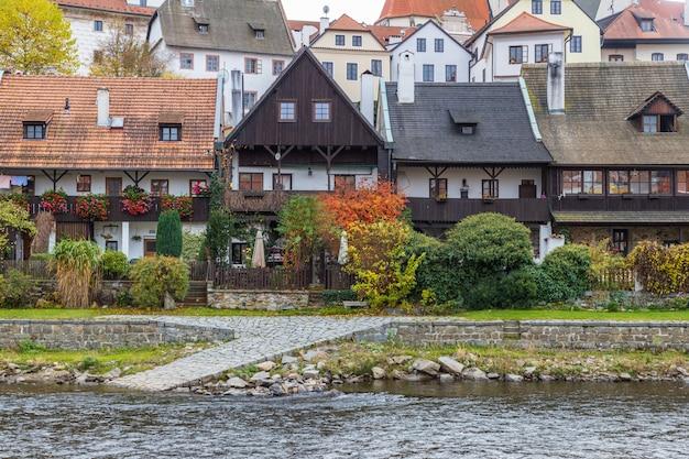 チェスキークルムロフ町、チェコ共和国の川と古い家