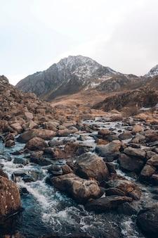 스코틀랜드 고원의 강과 바위