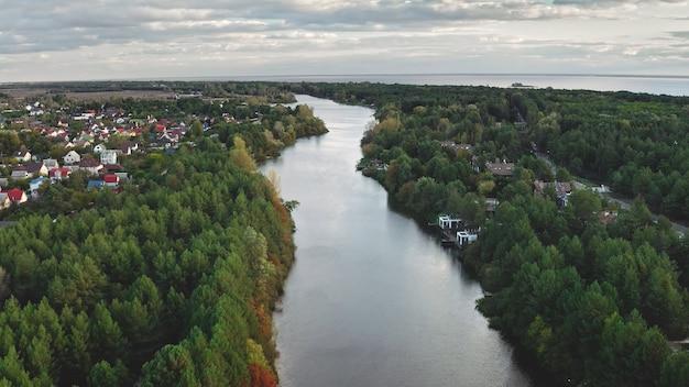 Река в зеленом листе леса антенна никто природа пейзаж осень красочный парк на городских улицах