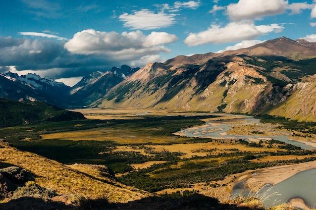 エルチャルテンのロスグラシアレス国立公園の川-アルゼンチン。