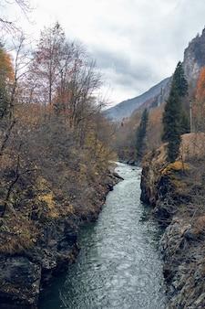 山と山の間の川秋の森は新鮮な空気を旅します