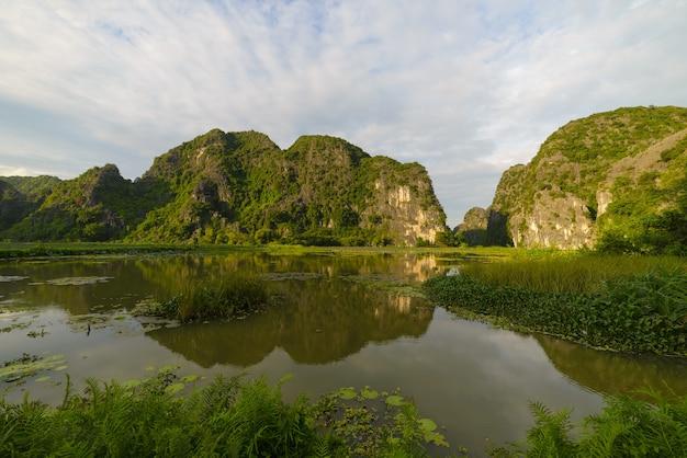 ベトナムニンビン地域のカルスト山脈を這う川
