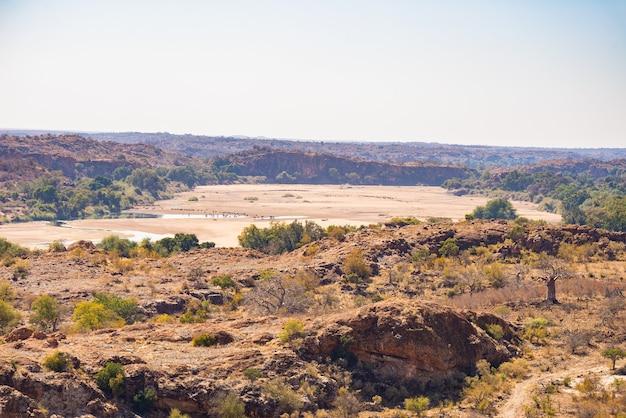 南アフリカ、マプングブウェ国立公園の砂漠の風景を横切る川