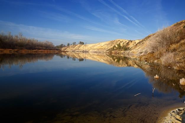 Река дон в россии. снято осенью до образования льда. высокий песчаный пляж.