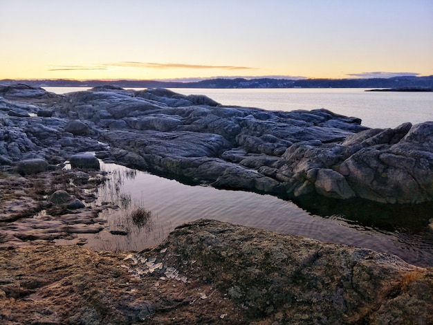 Река во время завораживающего заката в остре хальсен, норвегия