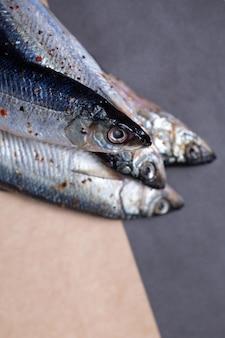 スパイスのクローズ アップで川魚。魚の塩漬け。
