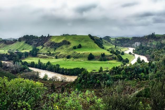 田舎の丘に囲まれた谷を流れる川