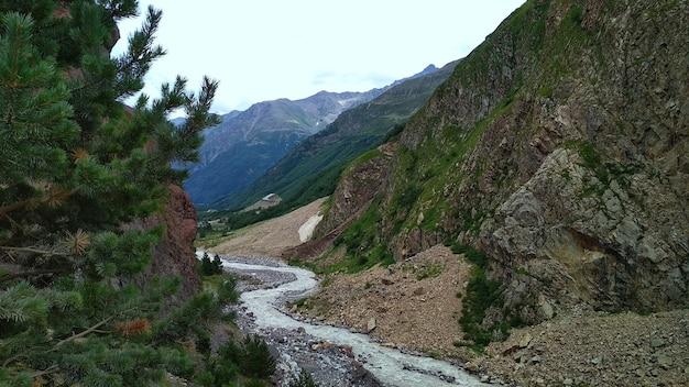 Река течет в горном ущелье