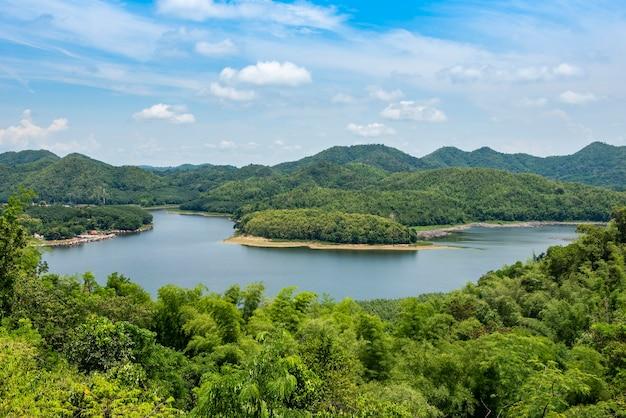 Река лес природа лесистая местность зеленое дерево, река лагуна пруд с голубой водой зеленый лес красивая свежая среда пейзаж джунгли озеро с деревней у реки