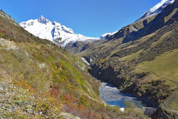 빙하 배경으로 산을 건너 고산 계곡에서 강