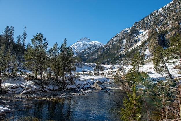 Река в заснеженных пиренейских горах, возле пон-эспанье