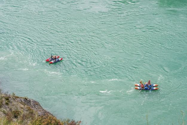 カトゥニ川アルタイ共和国ロシアの観光客が山川でラフティング