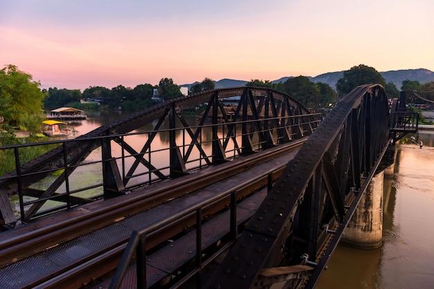 Мост через реку квай на рассвете в канчанабури
