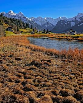 川の風景、山