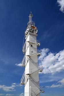 曇りの川灯台