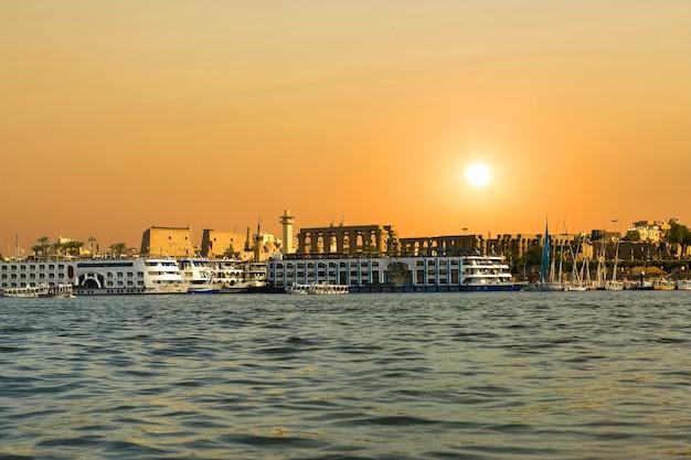 Река нил луксор египет, красивый желтый солнечный фон