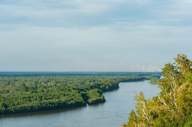 オブ川日当たりの良い天気で自然の風光明媚な風景。崖からの眺め。