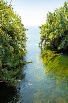 トルコ、アンタルヤのデューデンの滝の川