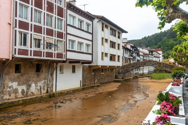 칸타 브리아 해의 비스 케이 베이, lekeitio 근처 ea 시정촌의 강. 바스크 지방