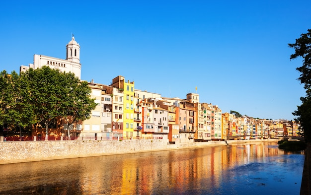 川onyarとジローナの美しい家々。カタロニア