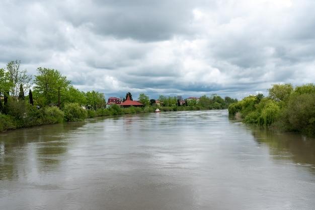 ポティの小さな町、風景の中のリオニ川。ジョージア