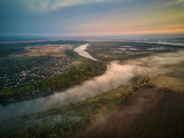 Речной пейзаж ранним утром. вдали хижина, и дерево, покрытое мистическим туманом, очень тихо и спокойно. республика молдова.
