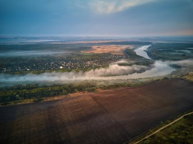 Речной пейзаж ранним утром