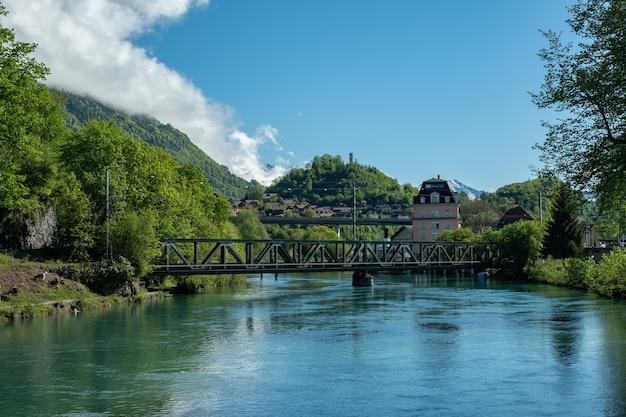 산이 있는 강변 마을