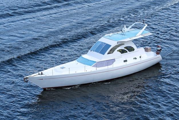 水面上の川のスピードボート