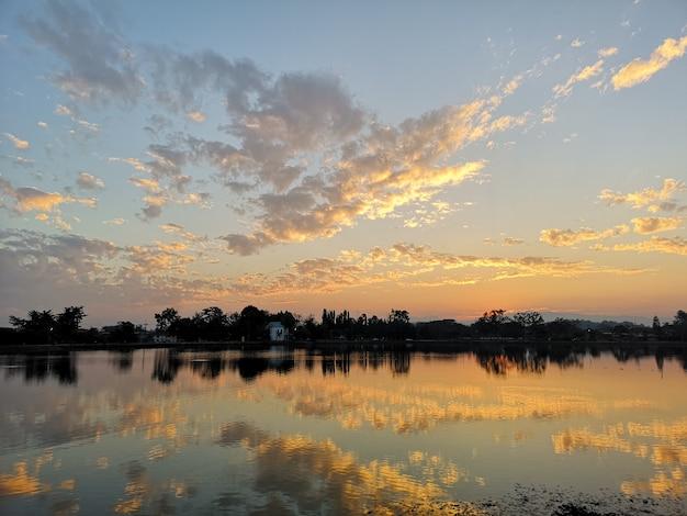Река закатное небо и облака вечером