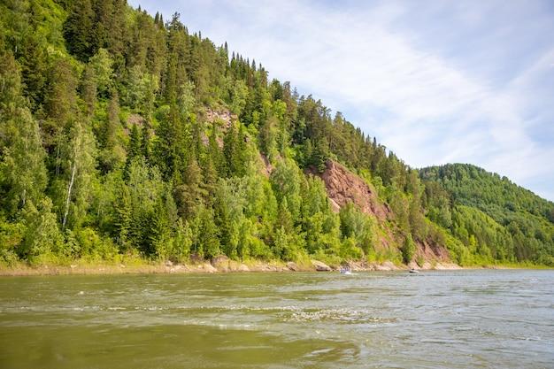 タイガの森を流れるトミ川南シベリアロシア