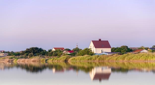 Река городские дома отражение в водном пейзаже