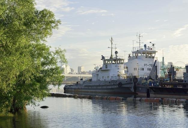 Obの川のタグボート