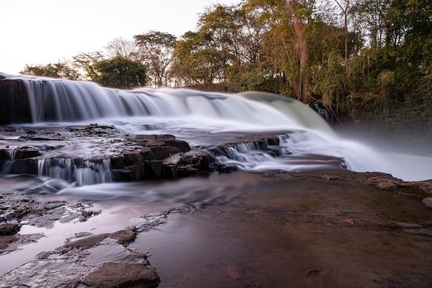 Речные воды в прыжке реки апоре