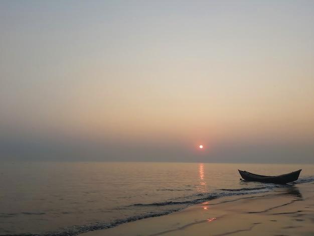 川岸と夕日の自然写真