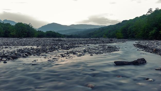 Русло быстрой горной реки ранним утром