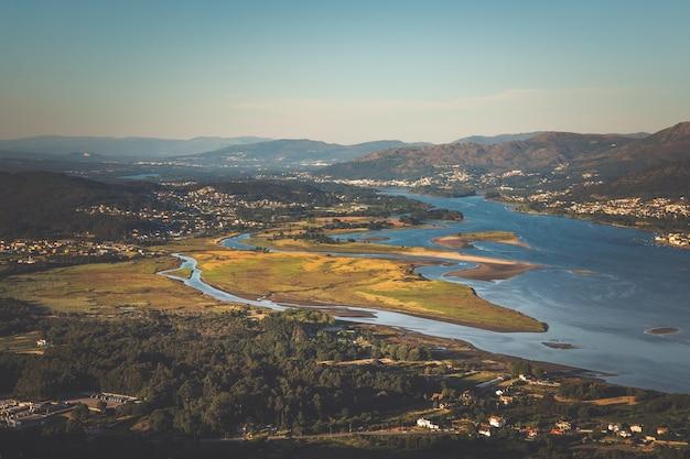 스페인과 포르투갈의 국경 인 miño 강의 rivermouth.