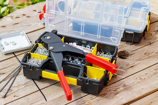 Инструмент для заклепок и заклепки разных размеров в ящике для хранения