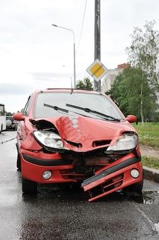 赤い自動車事故と交通事故 Premium写真