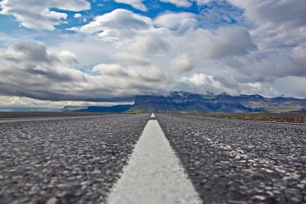 아이슬란드의 산 풍경에 반대하는 도로