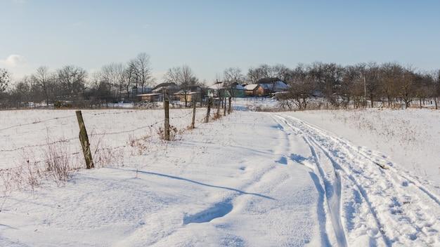 눈 덮인 들판을 따라 마을로가는 길