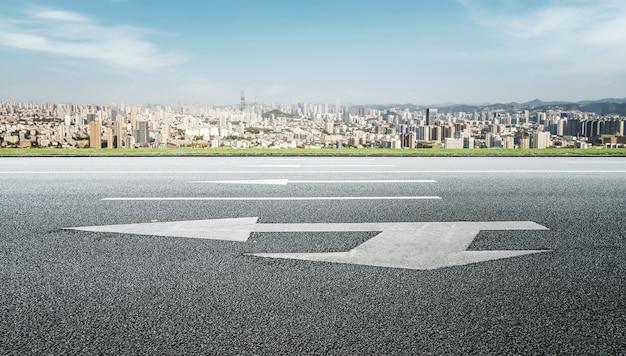 道路と都市建築の風景のスカイライン
