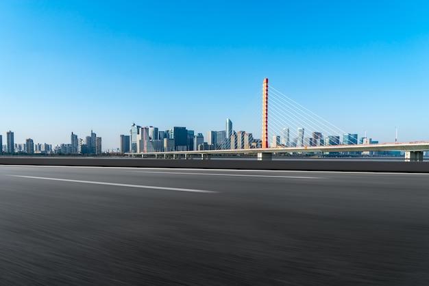 道路と杭州の近代的な都市の建物のスカイライン