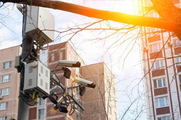 도로 및 차선 추적 카메라가 도로 도시 고층 건물에 매달려 있습니다.