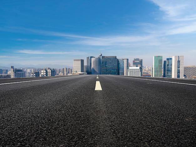 道路と近代的な都市の建物の背景
