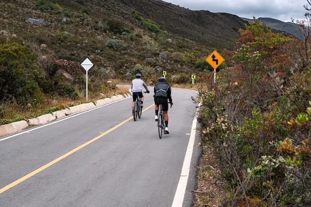 흐린 날 도로 위의 도로 자전거